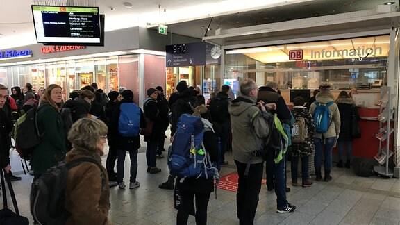 Bahn stellt Zugverkehr wegen Orkan Friederike ein - Züge stehen auf den Gleisen im Erfurter Hauptbahnhof