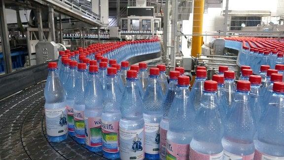 Produktionsstraße mit Wasserflaschen.