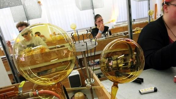 Glaskugeln in einer Werkstatt