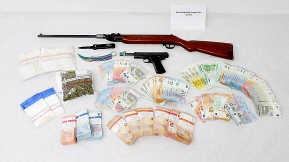 Mehrere Waffen, Drogen und Geld stellte die Polizei bei einem Ehepaar in Suhl fest.
