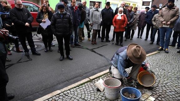 Aktionskünstler Gunter Demnig verlegt Stolpersteine zur Erinnerung an jüdische Opfer der Nationalsozialisten in Themar