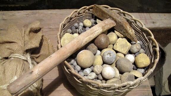 Ein Korb Stein und ein Hammer