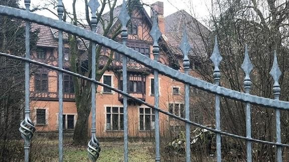 Eingangstor, dahinter Schloss Bockstadt
