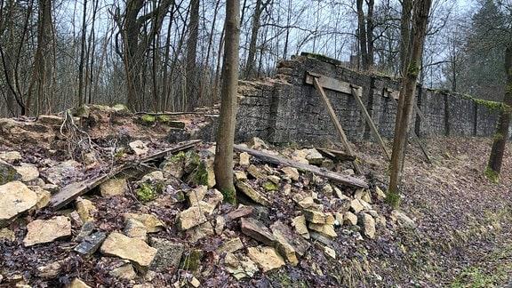 Verfallene Mauer am Schloss Bockstadt
