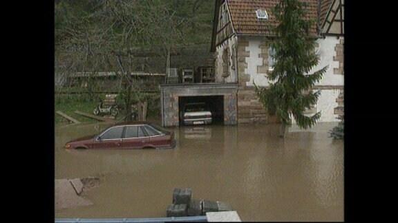 Ein Auto steht im Wasser.