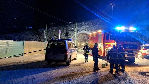 Feuerwehr und Polizei vor Tunnel Tragberg bei Langewiesen