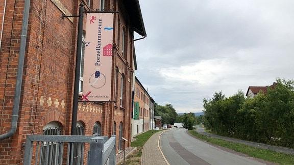 Ein Schild an einem Backsteingebäude mit der Aufschrift Porzellanmuseum.