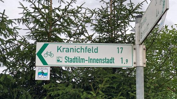 Ein Radwegweiser zeigt den Weg nach Kranichfeld über den Ilmtal-Radweg.