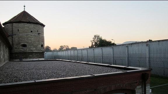 Blick von innen auf den Zaun der Thüringer Justizvollzugsanstalt Untermaßfeld.