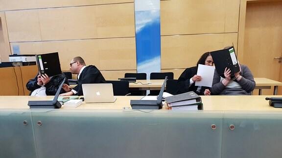Die Angeklagten mit ihren Anwälten im Gerichtssaal