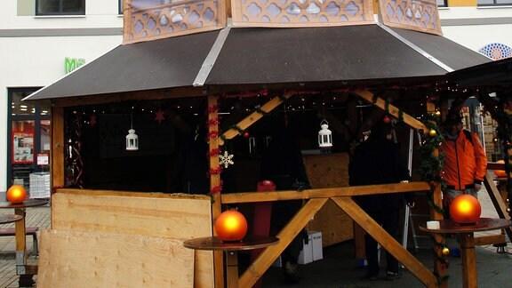 Große Holzhütte im Stil einer Weihnachtspyramide mit Drehflügeln auf dem Dach