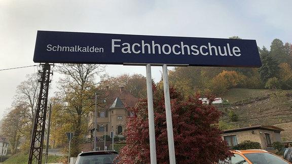 Bahnhofsschild Fachhochschule Schmalkalden.