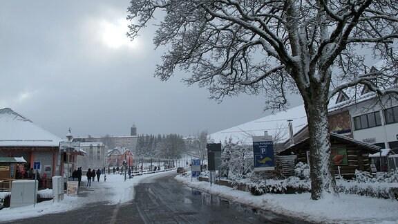 Eine Straße mit Schneematsch.