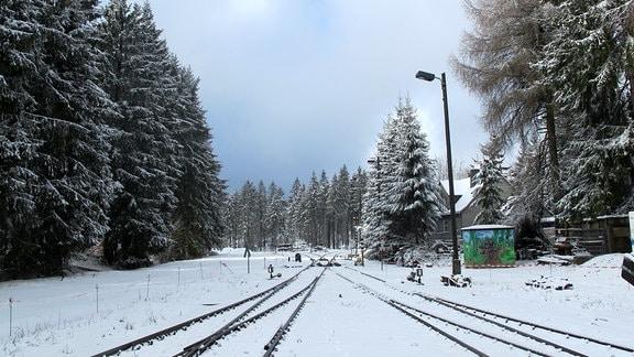 Bahngleise im Schnee.