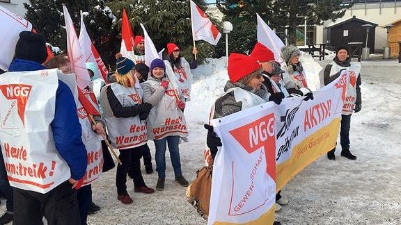 Mitarbeiter streiken vor Panorama-Hotel Oberhof