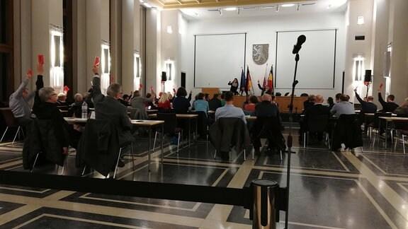 Die Mitglieder des Weimarer Stadtrates im Plenarsaal bei der Abstimmung