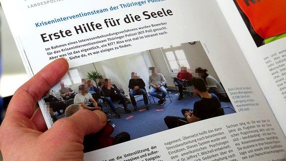 """Beitrag in der Zeitschrift """"Polizei in Thüringen"""" über einen Lehrgang des Kriseninterventionsteams. Einer der Teilnehmer trug dabei ein hellblaues T-Shirt der Marke Thor Steinar mit dem Aufdruck """"Save the white Continent"""""""