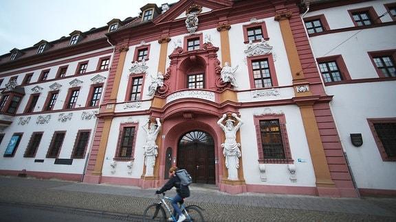 Ein Radfahrer fährt an der Staatskanzlei Thüringen in Erfurts vorbei