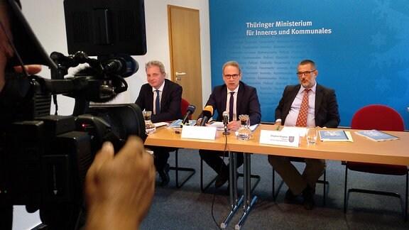 Der Thüringer Innenminister Georg Maier und der Präsident des Thüringer Amtes für Verfassungsschutz, Stephan Kramer, bei einer Pressekonferenz