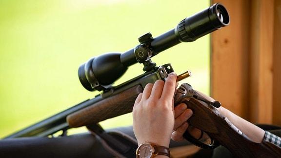 Durchladen einer Bockbüchsflinte mit Zielfernrohr