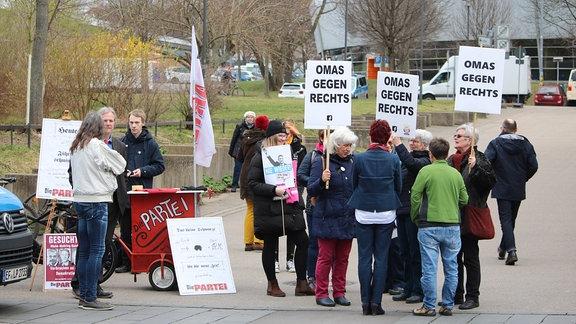 Demonstrantinnen tragen Schilder mit Aufschrift Omas gegen Rechts