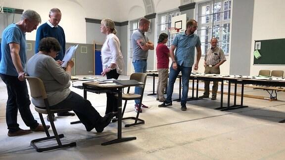 Wahlhelfer bei der Auszählung von Stimmzetteln in Apolda