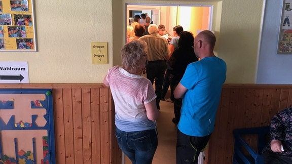 Wahlberechtigte drängen sich vor Wahlraum in Bleicherode