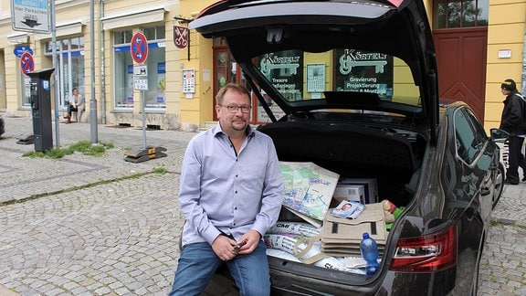 Stadtrat Wolfram Wiese im Kofferraum seines Autos.