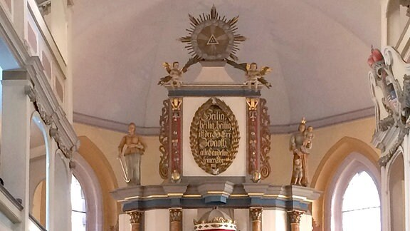 In einer Kirche findet ein Gottesdienst statt.