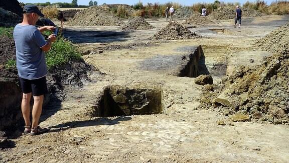 Menschen laufen in einer Ausgrabungsstätte herum