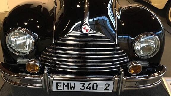 """Historisches Fahrzeug mit dem Logo """"Eisenacher Motorenwerke""""."""