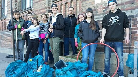 Schüler der Eisenacher Goethe-Regelschule helfen mit beim Frühjahrsputz in der Stadt.