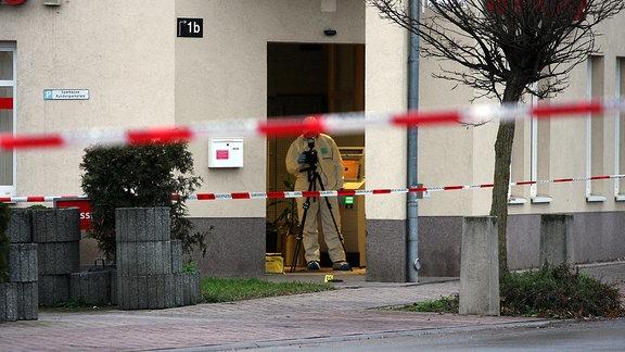 Spurensicherung in einer Sparkassenfiliale in Neudietendorf, in der ein Geldautomat gesprengt worden war