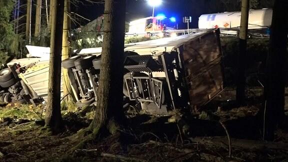 Zwischen Oberhof und Luisenthal ist ein Lkw verunglückt. Bei dem Unfall wurden zwei Menschen schwer verletz