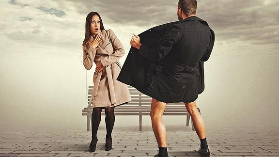 Ein Mann öffnet vor einer Frau seinen Mantel