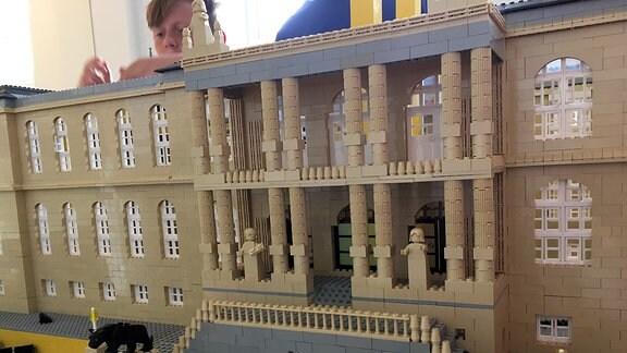 Kinder bauen aus Lego-Steinen das Gothaer Museum nach
