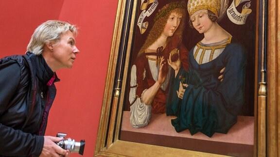 """Eine Frau betrachtet im sanierten Herzoglichen Museum in Gotha (Thüringen) das """"Gothaer Liebespaar"""" in der Ausstellung."""