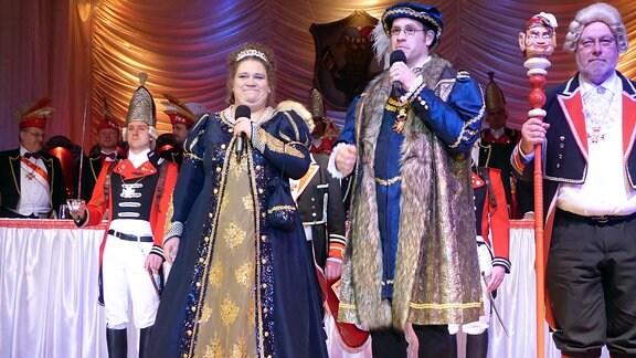 Ein Mann, Pfarrer Georg Heidbrink, und eine Frau, Jeanette Heidbrink, stehen nebeneinander und sind in Finsterbergen das Prinzenpaar.