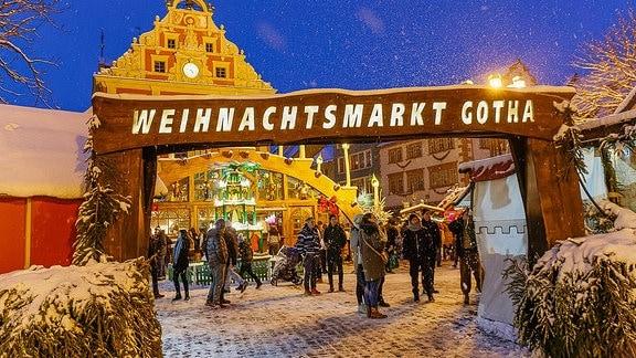Eingang des Gothaer Weihnachtsmarktes mit Schwibbogen im Hintergrund.