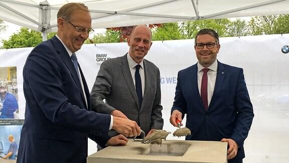 Feierliche Erweiterung des BMW Standorts Eisenach. Person links unbekannt, Mitte Wirtschaftsminister Tiefensee, rechts Alexander Eras (Leiter BMW-Werk Eisenach)