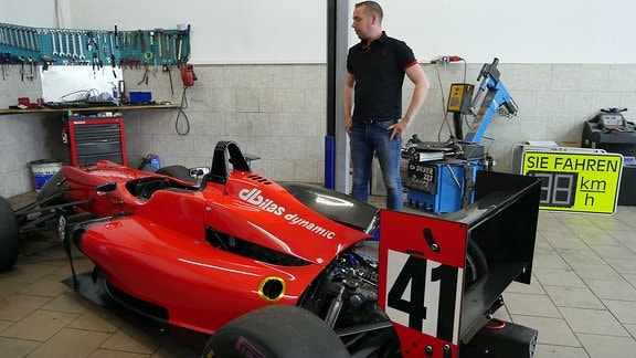Sascha Herz mit seinem Formel-3-Wagen in seiner Garage in Heiligenstadt