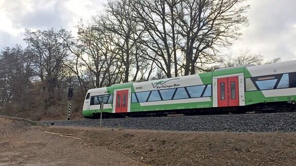 Süd-Thüringen-Bahn fährt durch eine karge Landschaft