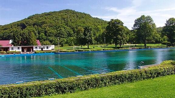 Blick auf die Natur und den Schwimmbereich im Freibad Thal.