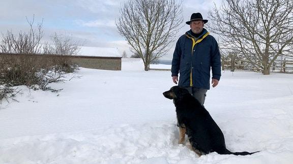 Schäfer Dieter Kästner mit Hütehund im Schnee