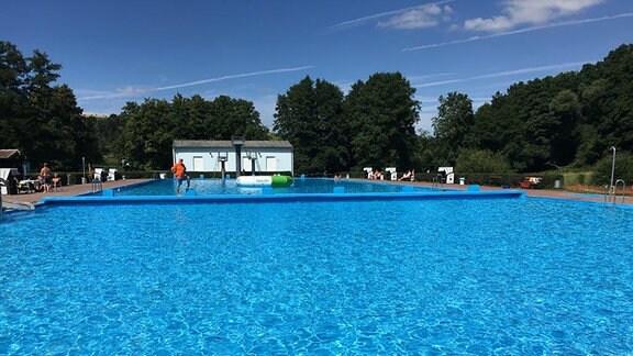 Schwimmbereich im Freibad Vacha mit Beach-Volleyball Feldern sowie Liegemöglichkeiten