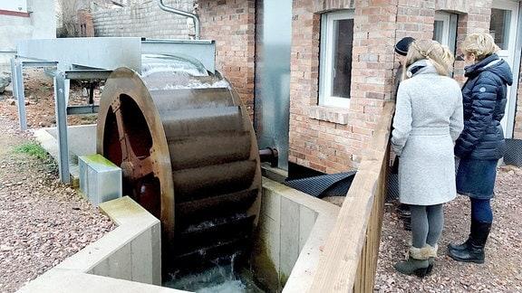 Dieses Wasserrad in Steinbach im Wartburgkreis produziert Strom für die Straßenlaternen.