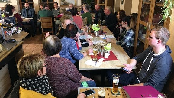 """Menschen beim Zukunftsstammtisch in der Gaststätte """"Messerstübchen"""" in Steinbach, einem Ortsteil von Bad Liebenstein"""