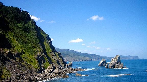 Am Golf von Biskaya erstreckt sich die Küste der Basken: Von Bilbao in Spanien bis nach Bayonne in Frankreich.