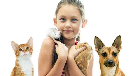 Mädchen mit verschiedenen Haustieren