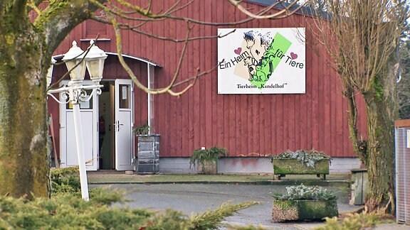 Das Tierheim mit dem Namensschild von außen.